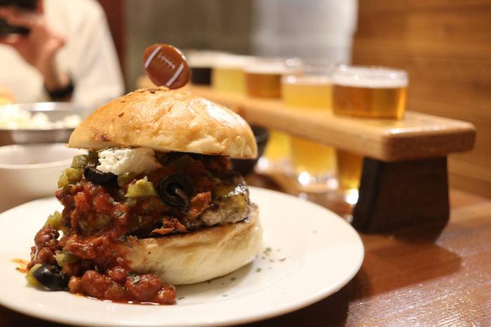 せっかく来たなら、ビールのおともにお店自慢のバーガーはいかが?ハンバーガーを頬張り、クラフトビールで流し込む瞬間は、まさに至福のひとときです♪