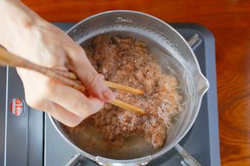 煮物など味が濃い料理に合う二番出汁は、濃厚な旨味が特徴です。出汁がらと小分けパックのかつお節を合わせてとります。一番出汁に使ったかつお節を無駄無く使い切れますね。