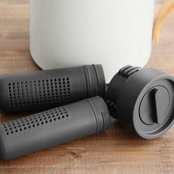 蓋や栓などはそれぞれ外して、パーツごとに洗いましょう。台所用洗剤を柔らかいスポンジに取って洗い、水ですすぎます。その後、布で水気を拭きとってからしっかりと乾燥させます。