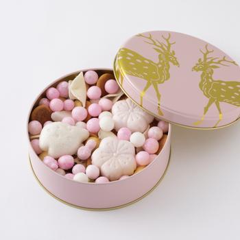 この吹き寄せの缶の中には、たくさんの種類の干菓子がぎゅっと詰まっています。クッキーにせんべい、落雁、金平糖など、どれを食べようかなと缶を開けるたびに迷ってしまいますね。  さらに吹き寄せは見た目の美しさが秀逸。これからの季節は、友達とのお花見の手土産や入学のお祝いの贈り物としてもぴったりです。