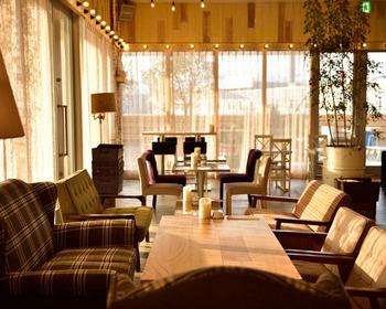 広島駅北口から連絡通路を通り徒歩5分の「CAFE&GRILL MOTEL(カフェ&グリル モーテル)」は、昼はカフェ、夜はダイニングバーとして利用できるお店。ファ席が多く、テーブルの感覚も広いので、ゆったりと過ごすことができます。テーブルごとに違うソファもおしゃれ♪
