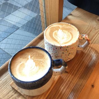 おしゃれなカップに注がれたコーヒーは、目でも楽しむことができます。お好きな豆を選べるドリップコーヒーやラテで、ほっと一息つきましょう。