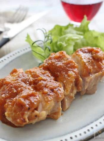 お肉やお魚にぴったりな、ちょっとリッチな新玉ねぎのソース。ケチャップやソースなど、基本的な調味料で手軽に作れるのも嬉しいですね。煮詰めると甘くなり、旨味まで余さず堪能することができますよ。