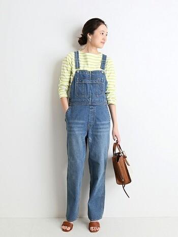 身幅やパンツのラインが細めのデザインは、スッキリと見える上に女性らしい。インナーに合わせるアイテムもごわつかない方がより女性らしく仕上がります。