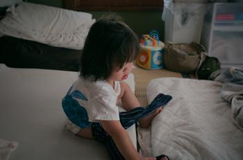まだ小さいお子さんの場合、毎朝毎晩のお着替えの度に「どっちが前?」「ママ来て~」「ママお手伝いしてー!」と、お呼びがかかることがしばしば。  たいてい朝や寝る前の慌ただしい時間帯、家事を中断して駆けつけてばかりで・・意外とストレスになってしまうことも。