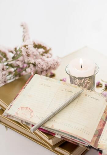 忙しいときは、自分の気持ちを無視してしまいがち。その結果、気づかないうちに精神が消耗していた…ということにもなりかねません。感情日記をつけることで、自分のメンタルの調子を計ることができます。さらに、嬉しいことがあればそれを記録することで、味気ない日々を少しでも彩り豊かなものにすることができますよ。