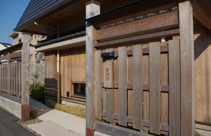 素朴で心地良い上質な場所を提供する宿「里海邸 金波楼本邸」は、茨城県石岡市八郷の家具作家が設計製作したナラ、タモ、桐などの木の家具が並べられ、自然を感じる空間となっています。