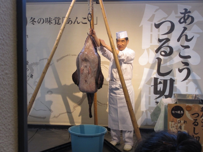 冬の季節は、茨城県の名物グルメでもある「あんこうのドブ汁」を食べることができ、ダイナミックなあんこうの吊るし切りショーも楽しめます。