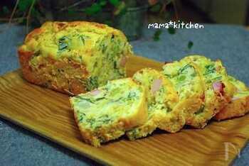 お食事ケーキとして人気のケーク・サレ。見た目は豪華なのに、とても簡単なフランス生まれのお料理。こちらは、春キャベツや菜の花をたっぷり使った季節のケーク・サレ。オリーブオイルとヨーグルトで、しっとりした生地に仕上がっています。