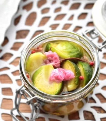 芽キャベツに、干し桜海老や本みりんなどを合わせた和風味のピクルス。芽キャベツのグリーンと桜の花のピンクが爽やかに映えます。ピンクペッパーも可愛いアクセント!