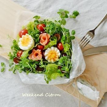 まるで花束のようなブーケサラダ。豆苗やレタスなどをベースに、ゆで卵やスモークサーモン、トマトなどをバランスよくトッピングします。お祝いやおもてなしなどにも。