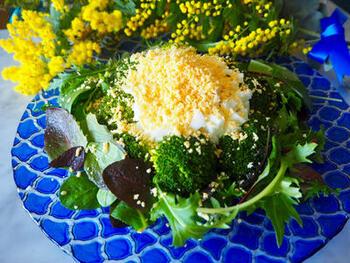 卵を可憐なミモザの花に見立てたミモザサラダ。春の息吹をテーブルに運んでくれる一品ですね。ゆで卵はかためにゆでて黄身と白身に分け、黄身は裏ごし、白身はみじん切りに。繊細に仕上げるのがコツです。