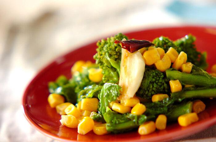 春野菜の代表格、菜の花。フレッシュなグリーンに黄色いコーンを加えて明るい印象に仕上げます。ゆでることが多い菜の花ですが、ペペロンチーノでイタリアン風の炒め物に♪