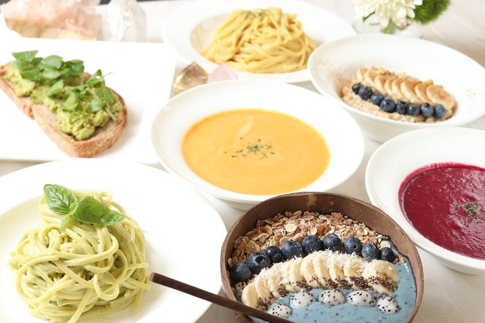 スープやパスタ、サイドメニュー、デザートまで全てがヴィーガン料理。食材は100%植物性です。お肉やお魚を使っていなくても、こんなに美味しい食事が楽しめるんだ…と満足感を得られること間違いなしですよ◎