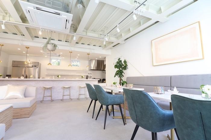 すべてのメニューがヴィーガンメニューとなっています。オープンしたばかりの店内は、白を基調にした爽やかでオシャレな空間。お昼はカフェとして、夜はバーとして営業しているので時間に合わせて訪問しやすいのも嬉しいところ。