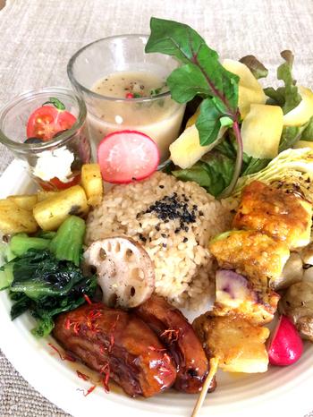 ワンプレートにボリュームたっぷり彩り鮮やかなのヴィーガン料理を味わうことができる「KLASINA」。無農薬野菜や有機玄米など素材にこだわり、シンプルな味付けによって、野菜そのものの美味しさを感じることができます。