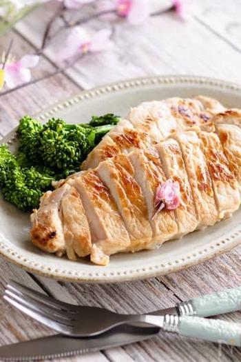豚ロース肉を、白だし・甘酒・桜の花の塩漬けなどを合わせた調味液に半日以上漬け込みます。あとは、蒸し焼きにするだけ。グリーンのを添えれば、春のメインディッシュができあがります。