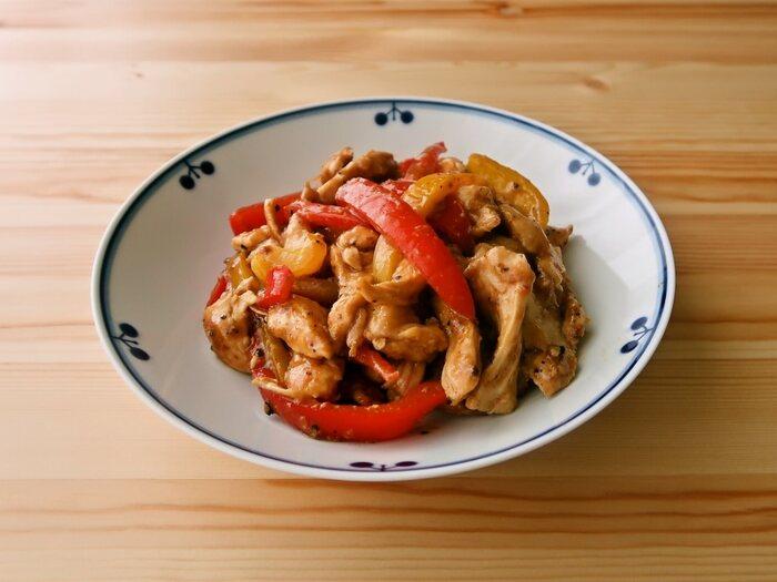 体に良くても、サラダじゃ物足りない方には、マヨネーズとオイスターソースでご飯のお供に!肉厚パプリカも、ボリューム感をアップしてくれます。むね肉は片栗粉をまぶすことで、硬くなるのを防ぎます。