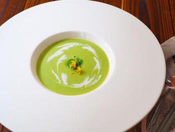 春から初夏にかけておいしくなるそら豆やグリーンピースを使って、こんな爽やかなポタージュはいかがでしょう?生ハムを少し入れてコクをアップ。写真のようなおしゃれなお皿に盛り付ければ、春気分もさらに上がります♪