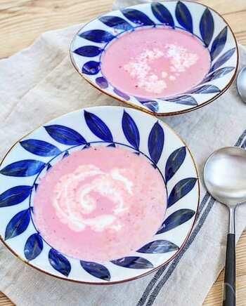 レトルトビーツを使っていますので、簡単・時短。このひと皿で、一気に春が訪れそう。ぽかぽかの陽だまりでいただきたくなるスープです。豆乳などヘルシー材料を使っているのもうれしいですね。