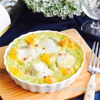 アボカド&豆腐のタルタルでヘルシーに仕上げるタラのグラタン。バター・牛乳・生クリームも不使用です。卵の黄色も加わって、春らしい明るさがいっぱいです。