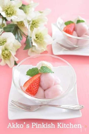 いちごが香る和スイーツ。白玉にいちごのピュレを練り込んでいます。量を加減しながら、ちょうどいいピンクに仕上げましょう。透明なガラスボウルに盛り付けて、春色を楽しみましょう。