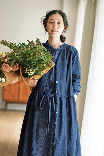 大人になっても小花柄には心くすぐられるもの。この春に着たい、可憐なフラワープリントのワンピースは、ブルー×ブラックプリントで落ち着いた雰囲気で着こなせます。前後で結べるリボンがポイント。 同じトーンで合わせたデニムのワンピースを羽織れば、ワントーンで落ち着いたデニムカジュアルを楽しめます。前開きのワンピースはボタンを留めて1枚で着るだけでなく、羽織りとしても活用できる優秀アイテムです。