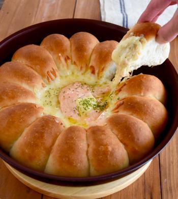 やや発酵の難易度が高めですが、ホームパーティーやお誕生日会で人気間違いなし!チーズフォンデュ気分を楽しめる、明太チーズのちぎりパンです。  パンは取手の取れるフライパンを使って焼き上げて、そのまま食卓に出してみては?美味しい団欒のひと時を楽しみましょう♪