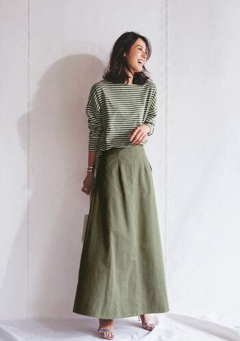 人気スタイリストの福田麻琴さんとコラボした、大人の女性のためのボーダースタイル。ニュアンスカラーでまとめたワントーンは、洗練されたおしゃれを叶えてくれます。 オフのイメージのあるボーダーも、細いピッチならきれいな印象に。タックの効いた美シルエットのコットンロングスカートは、きれいめにも着られるレディなアイテムです。
