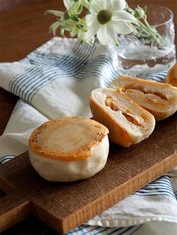 こちらのパンレシピは一次発酵で、冷蔵庫で一晩(8時間以上)寝かせる必要があります。そして翌朝再び、15分程度の仕上げ発酵をして焼き上げれば、ぽてっと丸く膨らんだ、チーズパンの出来上がり!  ちなみに冷蔵庫での保存は5日間くらい持つので、翌朝無理して焼かなくても大丈夫ですよ!  そして中に詰めているのは、チーズ×具材を合わせたチーズ玉。  「ハム・チーズ・コーン」、「チーズ・トマト・チキン」、「チーズ・ツナ・オニオン」など・・・色々あらかじめ用意しておきたいですね*