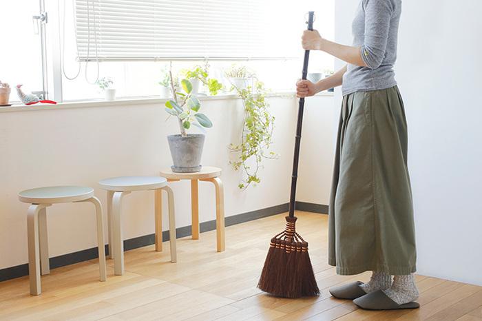 棕櫚(シュロ)の中でも鬼毛と呼ばれる最高級の繊維を使用した天然素材の箒です。棕櫚には高い耐久性があり、20年から30年も使い続けられます。長柄箒はお部屋のお掃除に丁度いい丈。