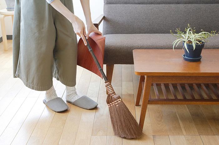 手帚はちょっとしたお掃除のときに持ち出しやすい。持ち手が短く、先端が斜めに作られているので使いやすい。