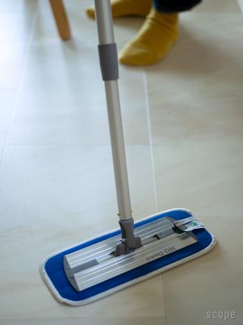 軽くて扱いやすいフローリングワイパーは床以外、壁でも天井でも楽々お掃除できる。前面がきれいに床につくからピカピカに。