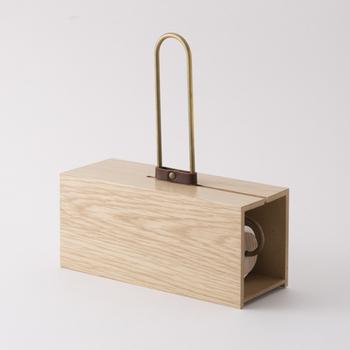 ナラ材の木目が美しいカーペットクリーナーのケースです。本体は真鍮の取っ手で作られており、高級感があります。オシャレで一見してコロコロだとは思えません。