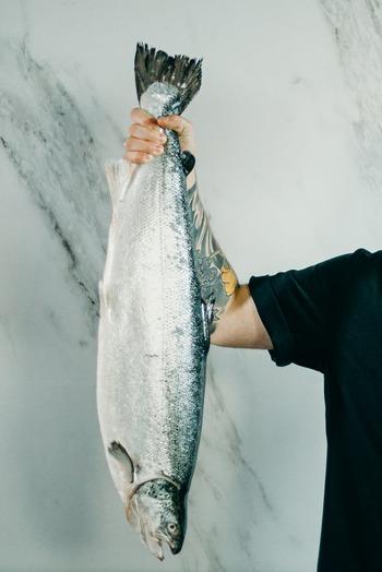 魚を丸ごと買うことは、なんとなくとはいえ「大変だし難しそう」というイメージを持ってしまうほど「手間」がかかるのは確かです。それでも丸ごと買うことのメリットとはなんでしょうか。