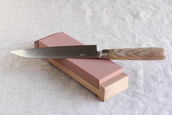 何と言っても「切れる包丁」であることが肝心です。砥石で研いだ鋭い切れ味の包丁を使えばストレスなく、綺麗にさばくことができるでしょう。