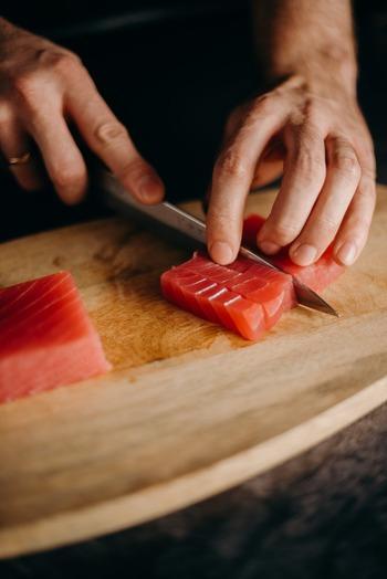 綺麗にさばかれて切り身になっている魚は、調理が簡単で見た目にも美しいですね。その一方で、魚は切り身で海を泳いでいる、と思っている子どもが少なからずいるという話も最近よく聞きますよね。
