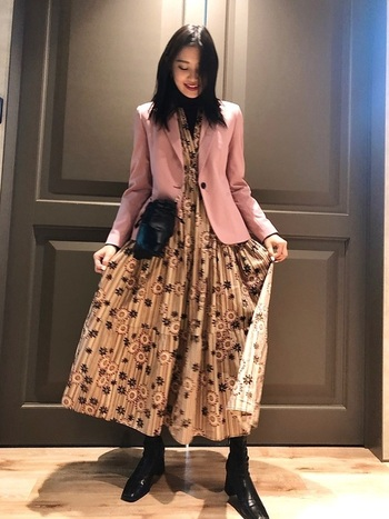 ZARAのワンピースは女性らしいシルエットがとても綺麗!ちょっとしたパーティーシーンにもOKの花柄ワンピースにピンクのジャケットを重ねれば、お出かけスタイルがバッチリ決まります。