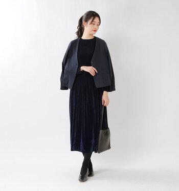 冬はシックなブラックドレスも素敵。大人っぽくフェミニンな雰囲気に仕上げてくれます。全体の印象がトーンダウンしそうであれば、小物はヌードベージュ系にして、バランスをとってみてくださいね!