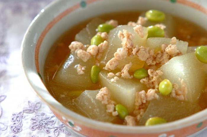 冬瓜はシチューやカレー、味噌汁など幅広く活用できる野菜です。旬の美味しさをシンプルに楽しむなら、素朴なそぼろあんがおすすめ。冷やして食べても◎。