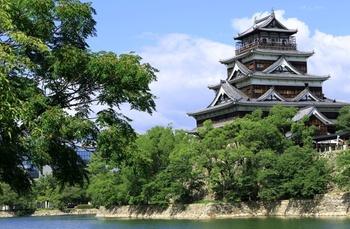 「広島城」は、1589年に毛利輝元によって築城された日本三大平城のひとつ。広島駅からバスに乗って10分ほどとアクセスの良さからも多くの観光客が訪れます。