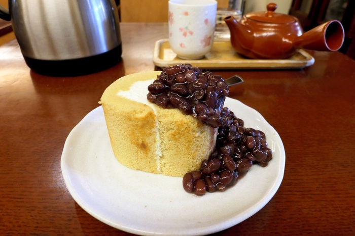 『浪花家』さんと言えば、ほどよい甘さの小豆。たい焼きはもちろんですが、「浪花家ロール」も小豆の美味しさを存分に味わえる逸品。また、かき氷や焼きそばも人気です。たい焼きのお持ち帰りだけでなく、2階のカフェにもぜひ立ち寄ってみてくださいね。