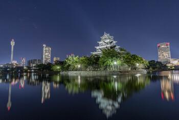 日中は他の観光地をまわって広島城に行けなかった…そんな時も大丈夫。広島城はライトアップされるので、夜にはまた別の魅力を放ちます。昼間は周りのビルが気になってしまいますが、夜はその光も含めて美しい写真を撮ることができますよ。
