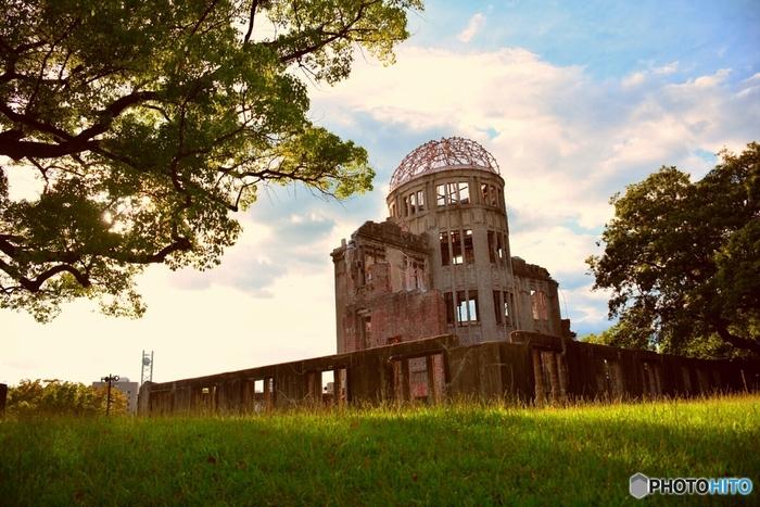 広島駅からバスに乗り20分弱で到着する「原爆ドーム」は、広島が有する世界遺産のひとつ。1915年に建てられ、美術展覧会や博覧会が催されていました。当時はヨーロッパ風の建物が珍しく、広島名所のひとつとされていましたが、1945年に被ばくしてしまいます。こちらは原爆ドーム東側からの写真です。