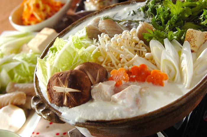 旬の春菊、人参、えのきなどをまとめて食べるなら、やはり鍋。こちらのレシピでは、生姜・味噌・牛乳などで和風のミルクスープ仕立てにしています。
