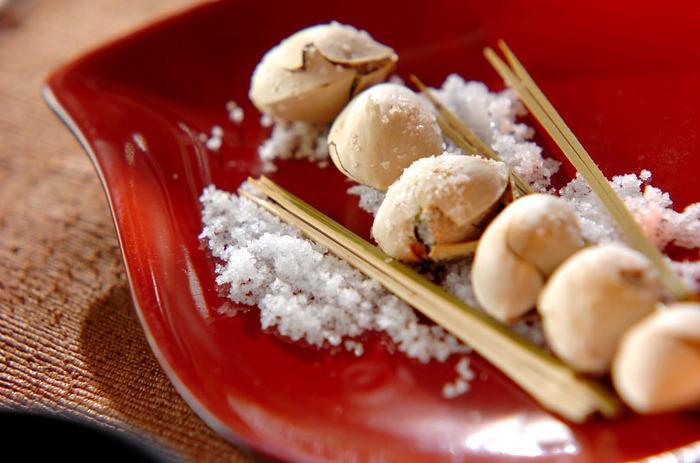 炒り銀杏の作り方は、こちらのレシピを参考に。炒める前に銀杏を叩いて殻を少し割っておくのがポイントです。