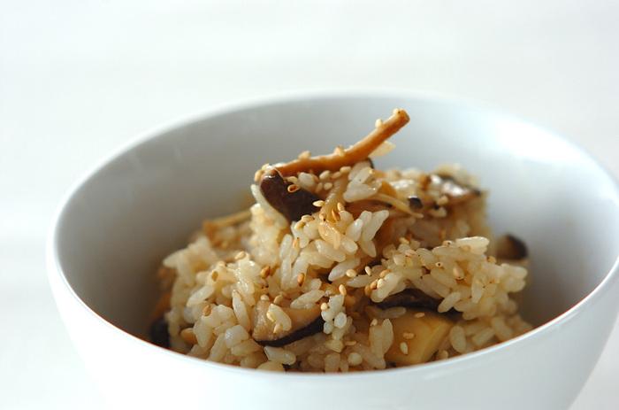 しめじ、しいたけ、エリンギなど、きのこを甘じょっぱく炒めてご飯に混ぜるだけ。簡単に完成する秋の味覚です。
