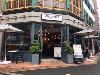 恵比寿のおしゃれなカフェとして必ず上位に挙がるのが、NY生まれの人気店【カフェ ジタン】。マンハッタンの街角にあるようなカジュアルで洗練された佇まいが魅力です。