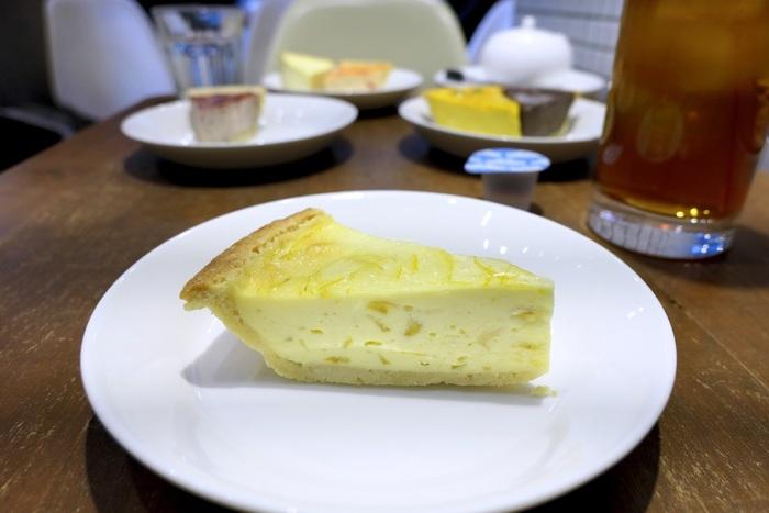 """「ゆずチーズケーキ」には、自生するなかで最北といわれる宮城県産""""雨乞いの柚子""""をたっぷり使用。爽やかな香りで、皮のほろ苦さや果肉の酸味が濃厚なチーズとよく合います。どのフレーバーも素材にこだわっていて、全種類を制覇してみませんか?"""
