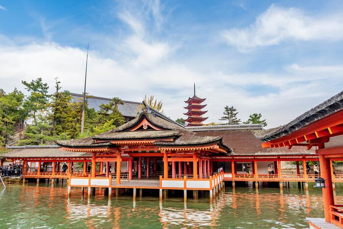 593年に創建され、1168年に平清盛によって現存の規模に造営された「厳島神社」は、1996年世界文化遺産に登録されました。海にせり出すように建てられた朱色の神社・手前の海・背後の自然…それらが一体となった姿はとても美しく、他ではなかなか見ることができない景観です。